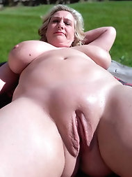 Mature mom is showing her sexy curves on photo