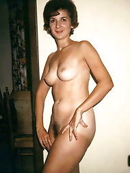 Pretty-looking gilf is baring it all on pix